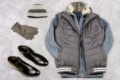 Kläder för vinter för man` s på bakgrunden av snö Royaltyfri Bild