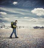 Kläder för vinter för mankläder med att fotvandra poler i bergen Royaltyfri Foto