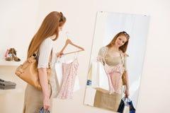 kläder fashion den lyckliga kvinnan för försäljningsshoppingtryen Arkivfoto