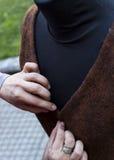 Kläder gör kläder in i en falsk docka Royaltyfri Foto