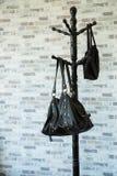Kläder hänger på en hylla i ett lager för märkes- kläder, modern garderob med rad av torkdukar som hänger i garderob, tappningrum Arkivbild
