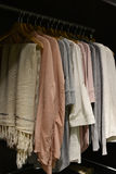Kläder i en garderob Arkivbilder