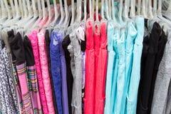 Kläder i hängare Arkivfoton