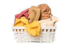 Kläder i tvätterien träkorg som isoleras på vit bakgrund royaltyfri fotografi