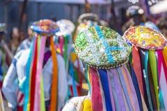 Kläder och hattar för En som iklädd färgrik deltar i en populär religiös festival royaltyfri foto
