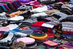 kläder och lock på marknaden royaltyfria foton