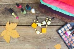 Kläder och skönhetsmedel för kvinna` s: tröjor läppstift, spikar polermedel, halsband, ögonskugga, borstar, gulingsidor Royaltyfria Bilder