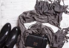 Kläder och tillbehör för höstkvinna` s på en vit träyttersida Arkivfoto
