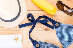 Kläder och tillbehör för semester nära havssikten från abov royaltyfria bilder