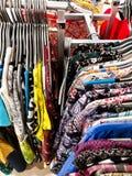Kläder på försäljning royaltyfri bild