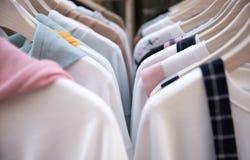 kläder på hängare royaltyfri bild
