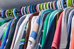 Kläder på hängare Fotografering för Bildbyråer