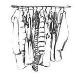 Kläder på hängaren outerwear Klänningen och laget skissar Arkivbilder