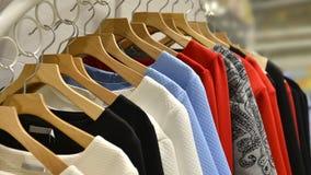 Kläder på kuggar i mode shoppar royaltyfri fotografi