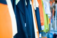 kläder shoppar arkivbild