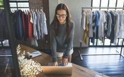 Kläder shoppar begrepp för stil för lager för dräktklänningmode arkivfoton