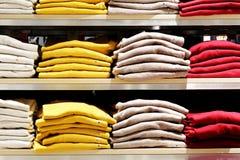kläder shoppar Kläderlager Royaltyfri Fotografi