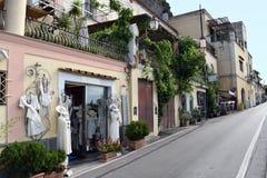 Kläder shoppar Positano royaltyfri foto