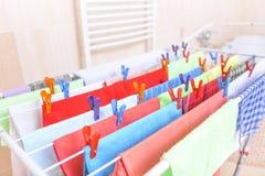 Kläder som färgas på en tork royaltyfri foto