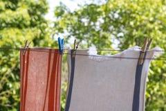 Kläder som hänger upp med pinnor utanför Arkivfoton