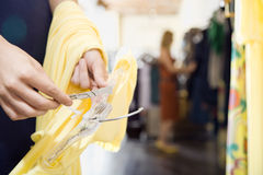 kläder som shoppar kvinnan Royaltyfri Bild