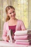 kläder som stryker kvinnan Royaltyfri Foto