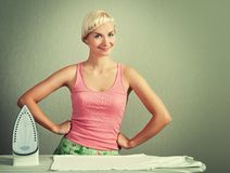 kläder som stryker kvinnan Arkivfoto