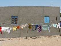 Kläder som torkar i vinden i Afrika Royaltyfri Bild