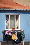 kläder som torkar på den turkiska gettot i istanbul Fotografering för Bildbyråer