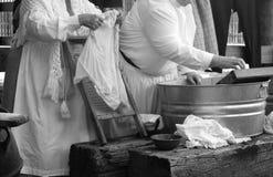 kläder som tvättar kvinnor Royaltyfri Foto