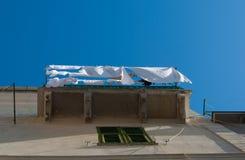 Kläder som ut hänger för att torka i den öppna luften på en balkong royaltyfri foto