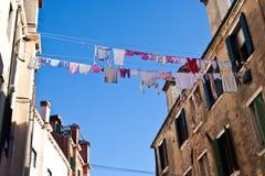 Kläder som ut hänger för att torka i Venedig, Italien royaltyfri bild