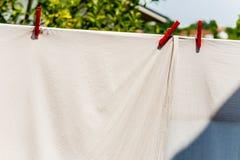 kläder som ut hängs för att torka med pinnor Royaltyfri Fotografi