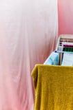 kläder som ut hängs för att torka med pinnor Arkivfoton