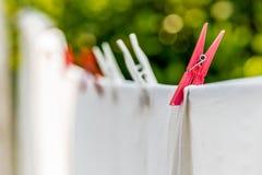 kläder som ut hängs för att torka med pinnor Royaltyfria Bilder