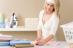 kläder som viker strykningtvätterikvinnan Royaltyfria Foton
