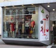Kläderen shoppar fönstret Arkivbild
