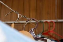 Kläderhängning i garderob arkivbilder