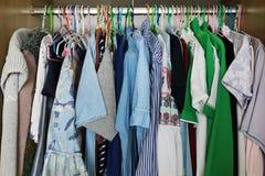 kläderhängning i garderob royaltyfri bild