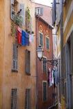 Kläderlinje som hänger från färgrika vägghus, Nice, Frankrike Royaltyfria Foton