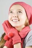 klädflicka som upp ser vinter Arkivbild