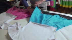 Klädformgivaren arbetar med mätningar på en studiotabell 4k UHD lager videofilmer