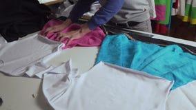 Klädformgivaren arbetar med mätningar på en studiotabell 4k UHD stock video