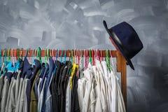 Klädhängare som hängs av kläder Fotografering för Bildbyråer