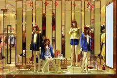 Klädlagret och mode shoppar fönstret arkivbilder