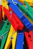 Klädnypaklädnypor som bakgrund Färgrika forecapspincettgem som bakgrund banret colors kurvillustrationingrepp ingen regnbågevekto Fotografering för Bildbyråer