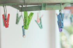 Klädnypor eller klädnypahängning på en kabel Plast- klädnypor Arkivfoto