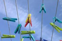 Klädnypor på den blåa himlen för bakgrund Royaltyfri Bild