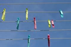 Klädnypor på den blåa himlen för bakgrund Arkivbild