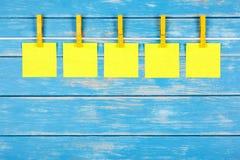 Klädnypor på ett rep med fem kort Royaltyfri Fotografi